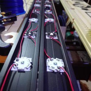 Noch sind aufgrund einer Fehlbestellung nicht alle weißen LED verklebt. Diese sind zur Zeit noch blau.